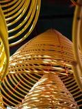 Grandes bobines jaunes multiples d'encens accrochant dans les piles du plafond dans un temple chinois image stock