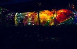Grandes boules colorées remplies de lumières illustration de vecteur