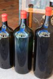 Grandes bouteilles de vin Images libres de droits