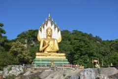 Grandes budistas en cielo azul y árbol tailandeses foto de archivo