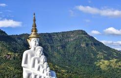 Grandes budistas en el cielo del thai&blue, templo en Phetchabun Tailandia imágenes de archivo libres de regalías
