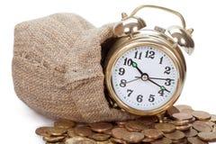 Grandes caras de oro del reloj de alarma en monedas Imágenes de archivo libres de regalías