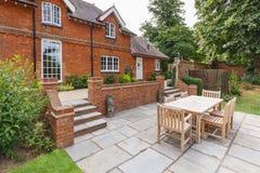 Grandes casa e jardim ingleses foto de stock