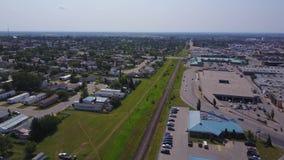 Grandes casas de la pradera y alameda de compras desde arriba, Alberta, Canadá almacen de video