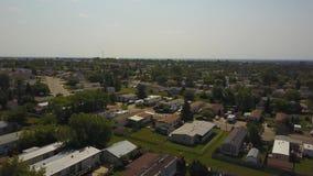Grandes casas de la pradera y alameda de compras desde arriba, Alberta, Canadá almacen de metraje de vídeo