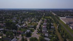 Grandes casas de la pradera y alameda de compras desde arriba, Alberta, Canadá metrajes