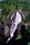 Grandes cascades à écriture ligne par ligne dans les montagnes Photo libre de droits