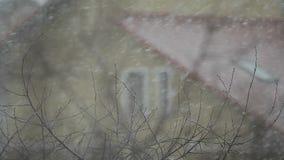 Grandes chutes de neige sur le fond du toit banque de vidéos