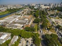Grandes cidades, grandes avenidas Cidade de Sao Paulo, avenida de United Nations, vizinhança de Vila Almeida, Brasil fotos de stock