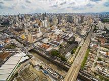 Grandes cidades com rio e as grandes avenidas Vista aérea da avenida do estado ao lado do rio de Tamanduatei e do mercado municip fotos de stock