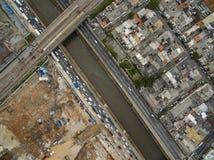 Grandes cidades com rio e as grandes avenidas Vista aérea da avenida do estado ao lado do rio de Tamanduatei Avenidas perto dos r fotografia de stock royalty free