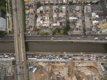 Grandes cidades com rio e as grandes avenidas Vista aérea da avenida do estado ao lado do rio de Tamanduatei Avenidas perto dos r imagem de stock royalty free