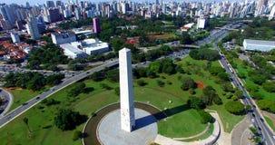 Grandes cidades, obeliscos e avenidas com muitos carros filme
