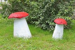 Grandes cogumelos das esculturas caseiros do jardim no gramado Ajardinando a jarda e o jardim Imagem de Stock Royalty Free