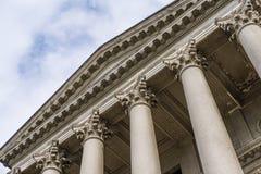 Grandes colonnes majestueuses avec un toit photo stock
