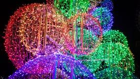Grandes, colorées et brillantes boules d'arbre de Noël illuminées pendant la nuit photographie stock libre de droits