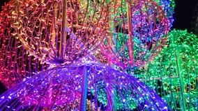 Grandes, colorées et brillantes boules d'arbre de Noël illuminées pendant la nuit photos libres de droits