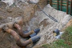 Grandes conduites d'eau en terre pendant le chantier de construction de tuyauterie Photo libre de droits