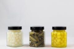 Grandes conserves de légume dans l'office de cuisine photo libre de droits