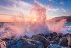 Grandes coupures de vague de mer contre une pierre Photos libres de droits