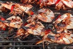 Grandes crevettes embrochées sur le gril chaud de BBQ Photographie stock