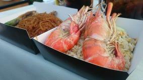 Grandes crevettes roses de rivière sur le riz frit avec la nouille en verre d'herbe Photographie stock