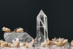 Grandes cristales reales transparentes puros claros grandes de la calcedonia del cuarzo en cierre negro del fondo para arriba fotos de archivo libres de regalías