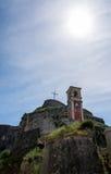 Grandes croix et horloge à l'intérieur de vieille forteresse, île de Corfou, Grèce Image libre de droits