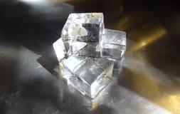 Grandes cubos de gelo claros impressionantes feitos da água escocesa imagem de stock