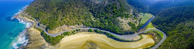 Grandes curvaturas da estrada do oceano ao longo do litoral foto de stock