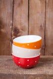 Grandes cuvettes vides colorées multi de point de polka : rouge, beige et orange Photographie stock