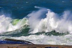 Grandes, dangereuses vagues pendant la tempête tropicale Photographie stock libre de droits