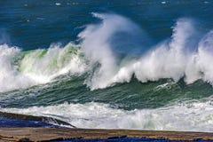 Grandes, dangereuses vagues pendant la tempête tropicale Image libre de droits