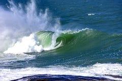 Grandes, dangereuses vagues pendant la tempête tropicale Image stock