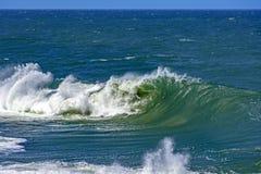 Grandes, dangereuses vagues pendant la tempête tropicale Photos libres de droits