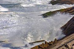 Grandes, dangereuses vagues pendant la tempête tropicale Images libres de droits