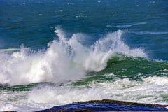 Grandes, dangereuses vagues pendant la tempête tropicale Images stock