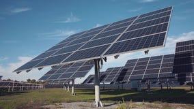 Grandes disposições do painel solar na terra Imagem de Stock