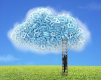 Grandes données Caractères bleus dans la forme de nuage avec s'élever d'homme d'affaires illustration libre de droits