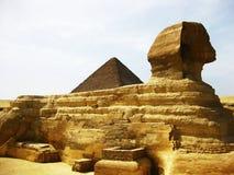 Grandes esfinge y pirámide en la meseta de Giza Imagenes de archivo
