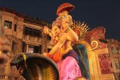 Grandes estátuas da bênção Ganesha na procissão imagens de stock