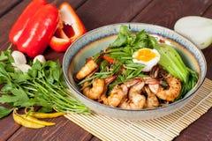 Grandes et appétissantes crevettes prêtes à l'emploi admirablement présentées avec des verts et des légumes image libre de droits