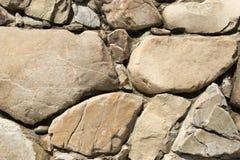 Grandes et brunes pierres sur un mur Photos libres de droits