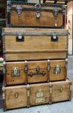 Grandes et grandes vieilles caisses en bois de coffre Photos libres de droits