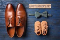 Grandes et petites chaussures de noeud papillon, sur le fond en bois Photos libres de droits