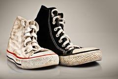 Grandes et petites vieilles chaussures de sport Photo libre de droits