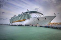 Grandes férias Cruiseship na doca do porto imagens de stock