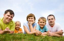 grandes famílias do retrato com suas crianças imagem de stock royalty free