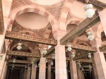 Grandes feixes de madeira, pranchas, tetos sob o teto com arcos e lâmpadas do teto, lanternas na mesquita islâmica árabe, um temp fotografia de stock