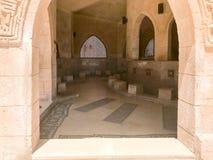Grandes feixes de madeira, pranchas, tetos sob o teto com arcos e lâmpadas do teto, lanternas na mesquita islâmica árabe, um temp imagem de stock